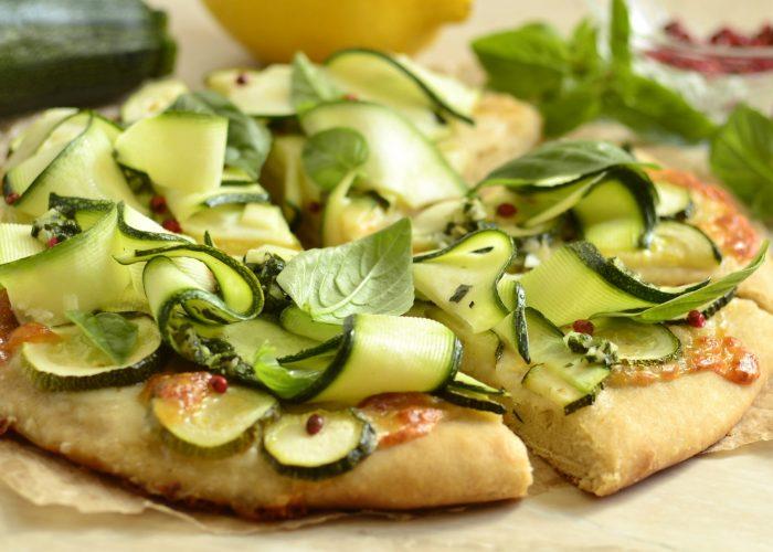 Pizza Aux Courgettes Et à La Mozzarella Végétarienne