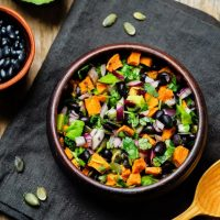 Salade De Haricots Noirs Et De Patates Douces Végétarienne