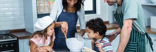 S'occuper En Cuisinant En Famille